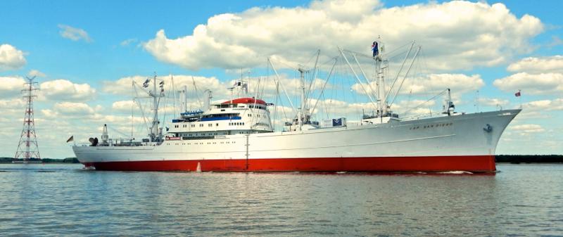Die Cap San Diego auf der Elbe in Fahrt zurück in den Hamburger Hafen.