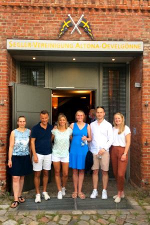 Tania mit Freunden und Mitseglerinnen vor dem Clubhaus